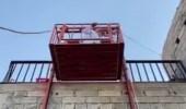 بالفيديو.. شاب يسهل لوالده النزول إلى المسجد من فوق الجبل بابتكار مصعد يدوي