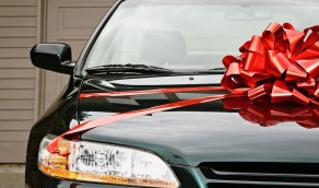 رجل يهدي زوجته سيارة ويطالبها بتسديد أقساطها!