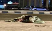 """رصد شخص ملقى على الرصيف وملفوفًا داخل بطانية بــ """"شرائع مكة"""""""