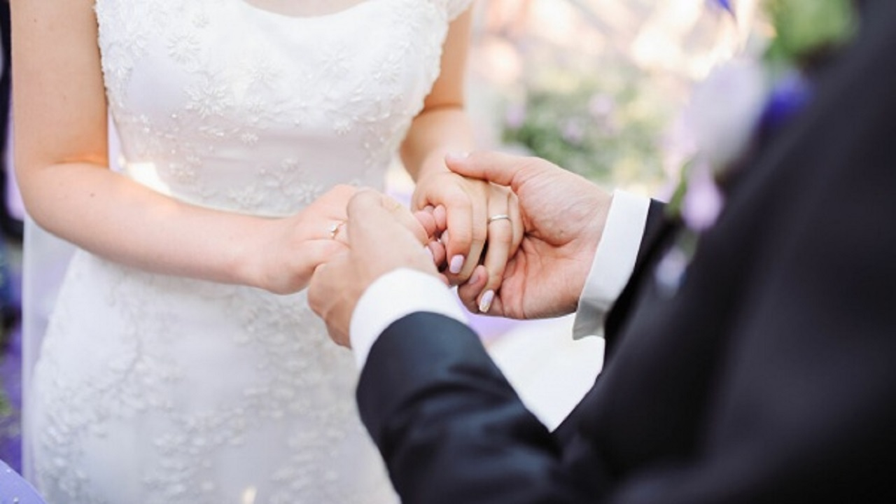 عريس يسحل حماته ويطردها من الزفاف بعدما حاولت إفساده