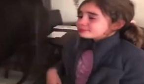 بالفيديو.. طفلة تبكي بعد أن علمت أنها ستعود لمدرستها