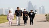 بالصور.. أمير قطر وبناته بملابس رياضية في أحد شوارع الدوحة
