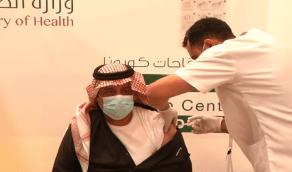 """بالفيديو.. أمير حائل يزور مركز لقاح كورونا """"كوفيد 19"""" ويتلقى الجرعة الأولى"""