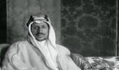 صورة نادرة للملك سعود يحمل صقراً في شبابه