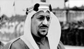 فيديو نادر للملك سعود أثناء نزوله من موكبه الخاص للسلام على الأطفال