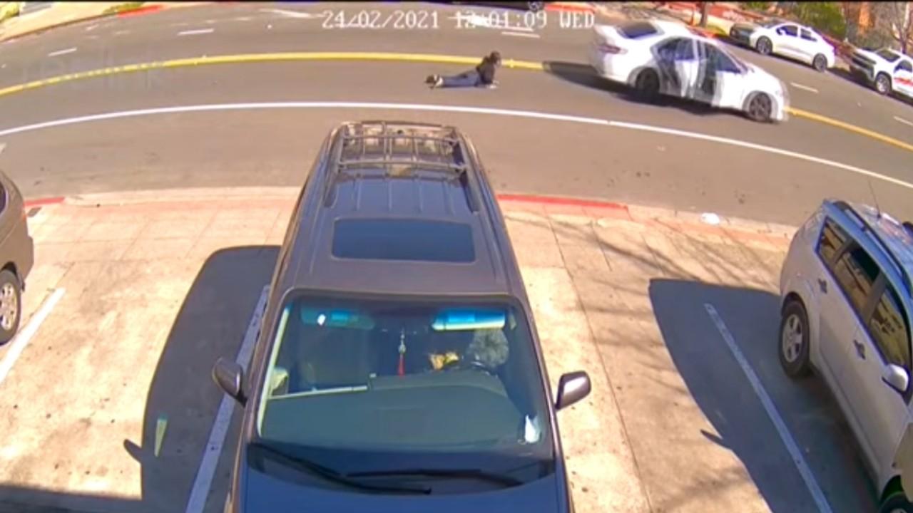 بالفيديو.. لحظة تعرض امرأة لمحاولة سرقة من سيارة بالطريق