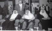 صورة قديمة للملك سلمان مع الأمير طلال والملك فهد