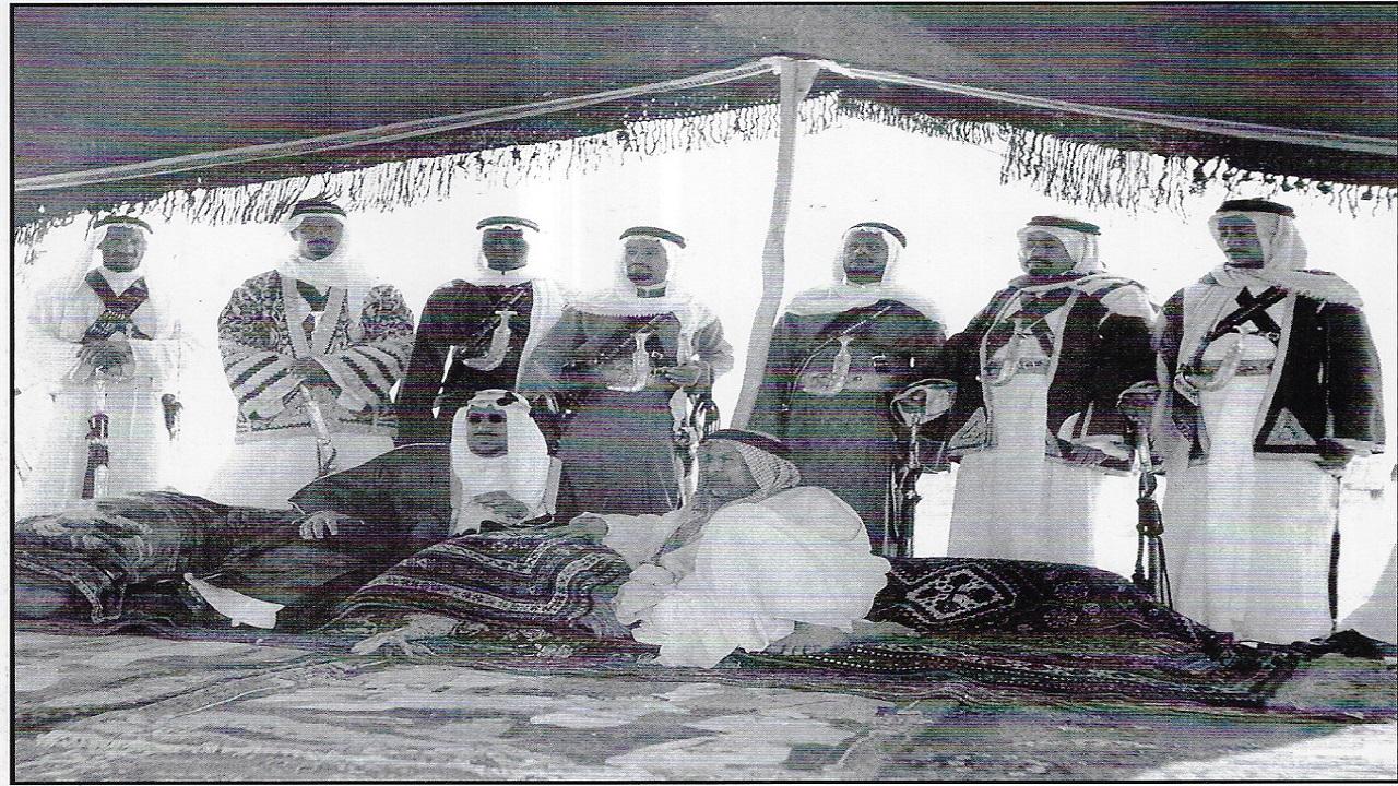 صورة مميزة لجلسة بسيطة للملك سعود مع أمير دولة الكويت الراحل