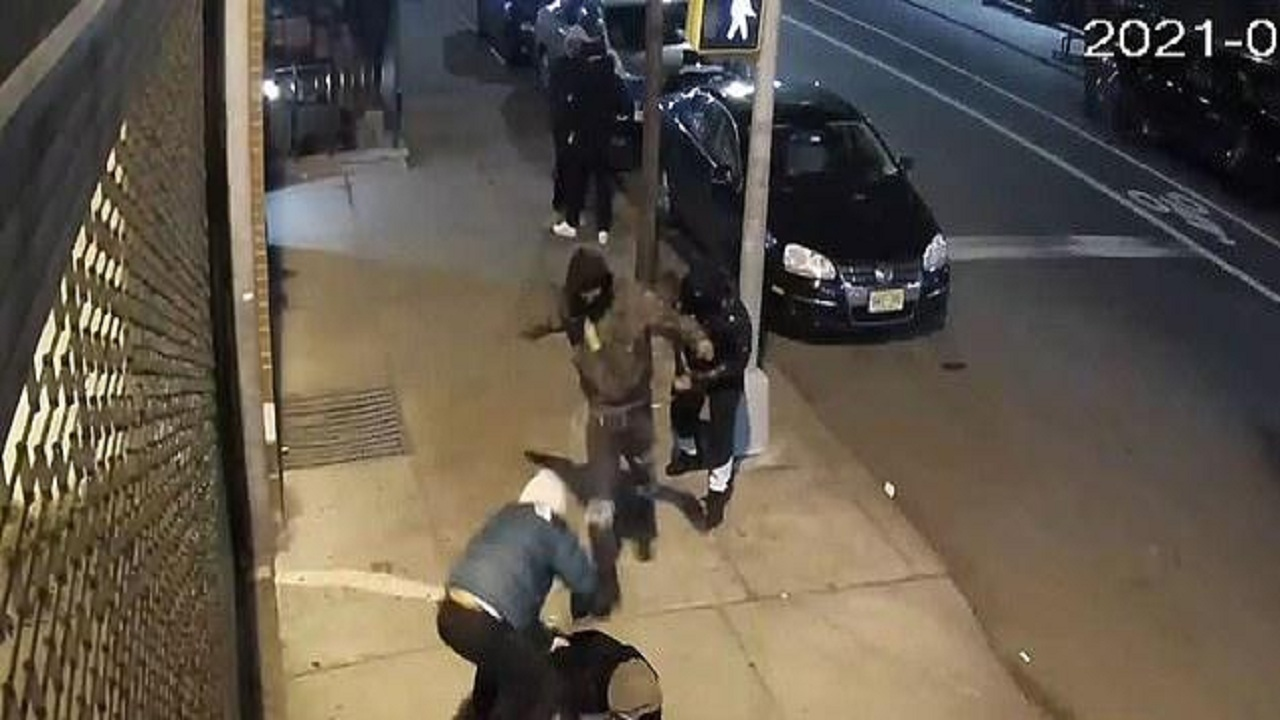 شاهد.. لصوص يحاولون خطف حقيبة فتاة في شارع عام