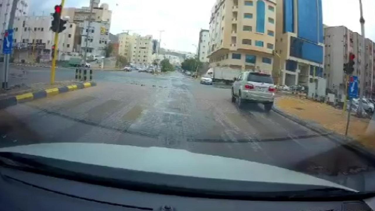 بالفيديو .. قائد مركبة يتجاوز بطريقة مخالفة إشارة المرور في مكة المكرمة