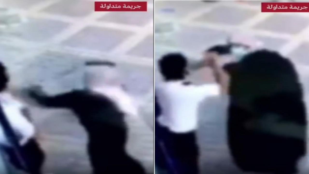 مفاجأة مثيرة في واقعة اعتداء شخص على حارس أمن أمام مدخل تجاري بالرياض