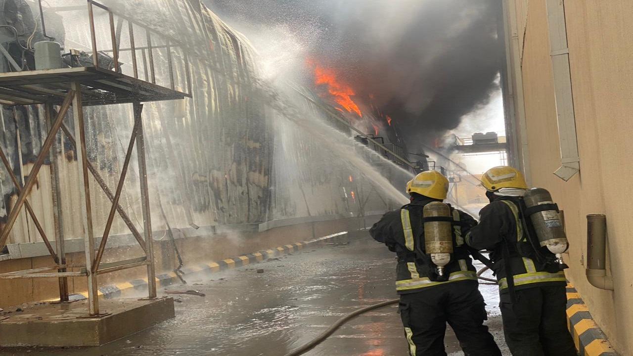 بالصور.. اندلاع حريق ضخم في مستودع على طريق الخرج