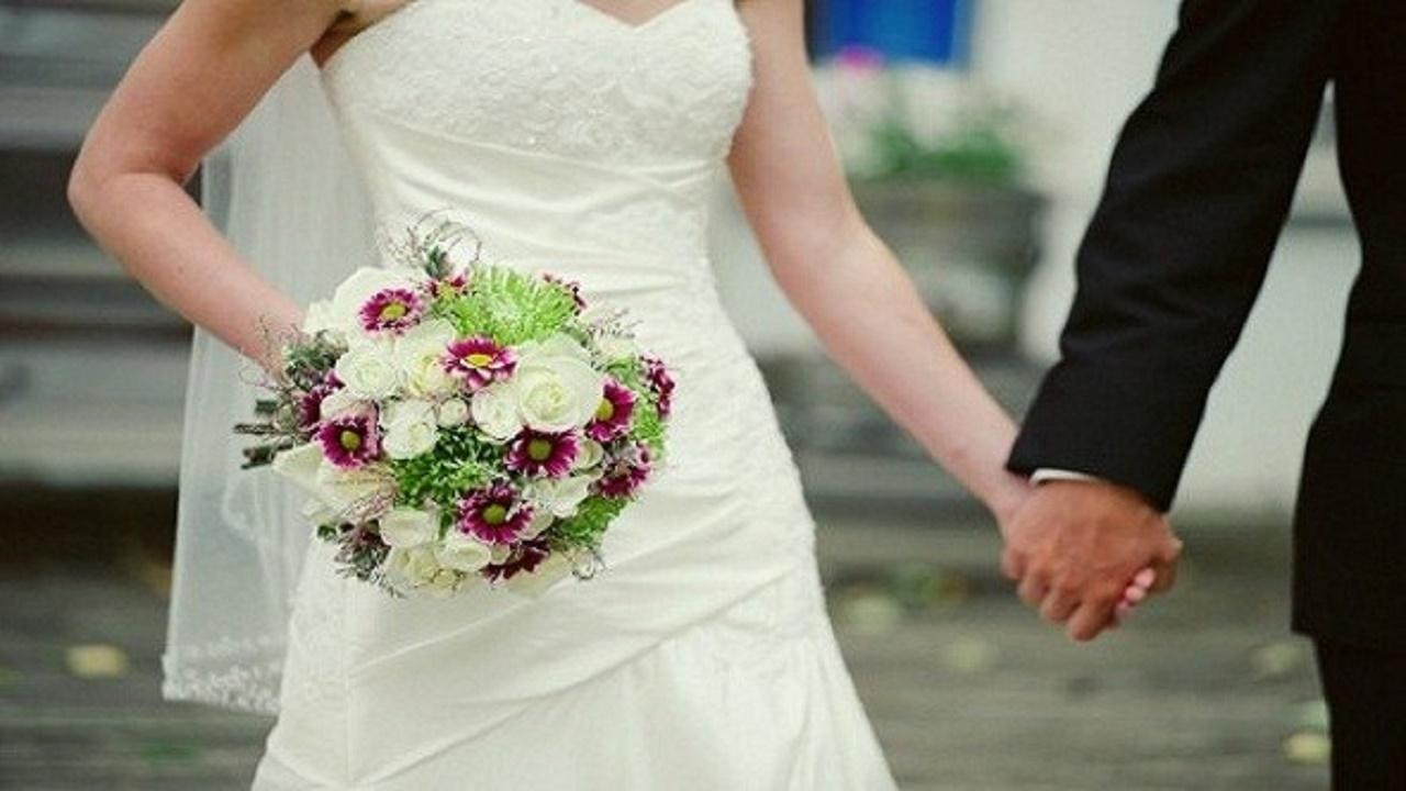 امرأة تقتحم حفل زفاف وتضرب العريس