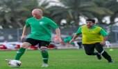 بالفيديو.. نائب سفير السويد يمازح المنتخب الوطني: سعيد باللعب معكم دون إصابة !