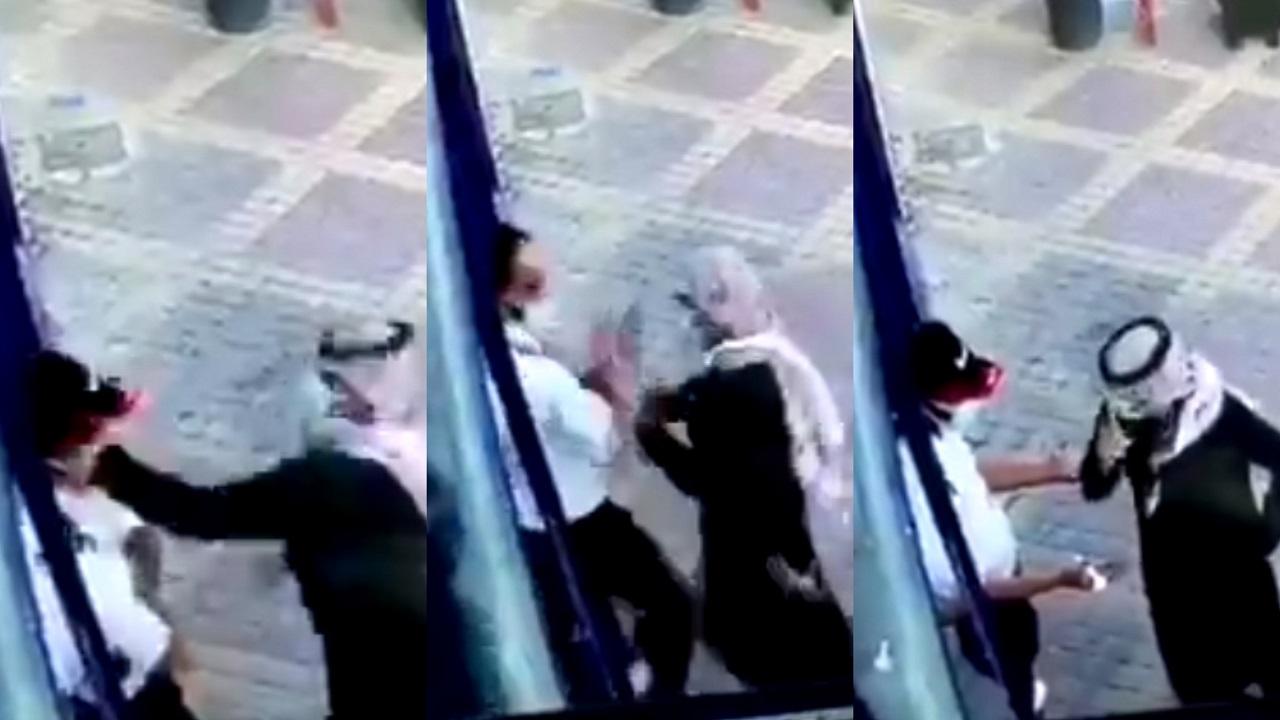 """بالفيديو.. مواطن يصفع حارس أمن بسبب """" توكلنا """""""