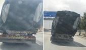 بالصور.. شاحنة تسير بحمولة زائدة ومائلة على طريق الحوية بالطائف