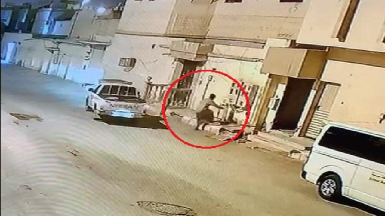 شاهد.. محاولة فاشلة للص أثناء سرقة كابل كهربائي من عمارة سكنية في الخرج