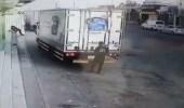شاهد.. لص يسرق مركبةتابعة لشركة أغذية أثناء توقفها أمام محل بعنيزة