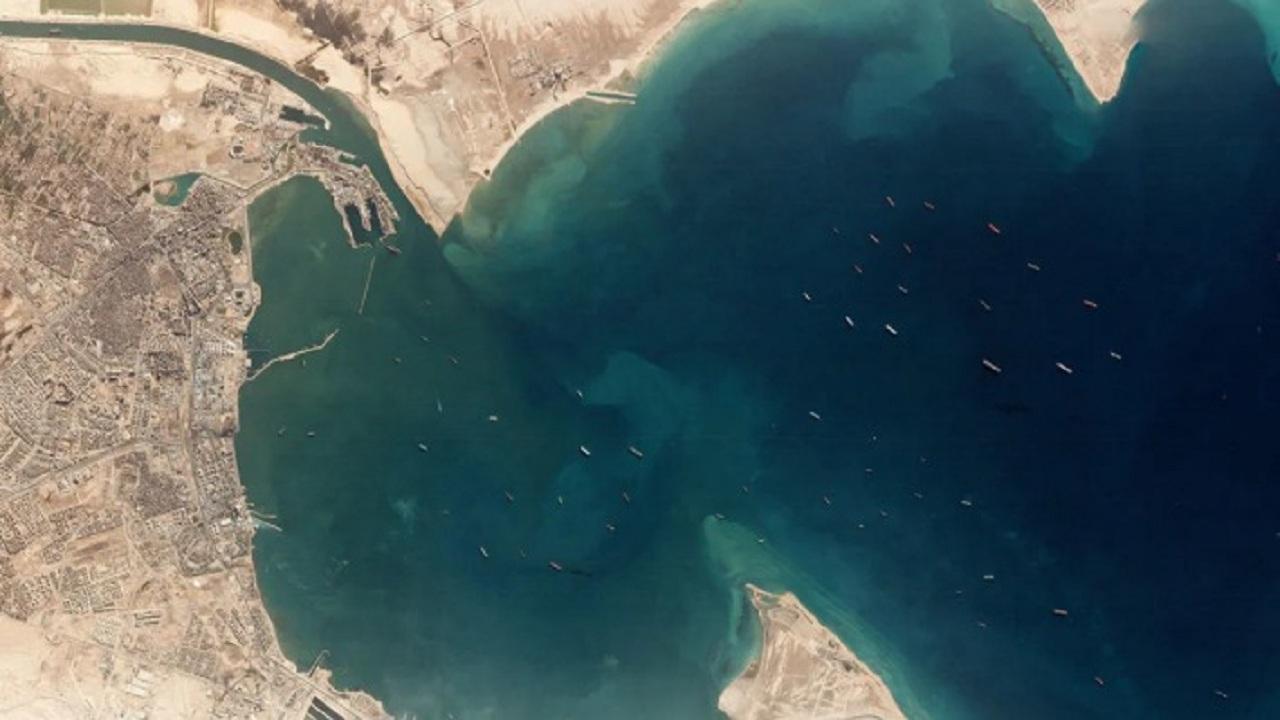 صورة جوية تظهر عدد السفن التي تنتظر عبور قناة السويس