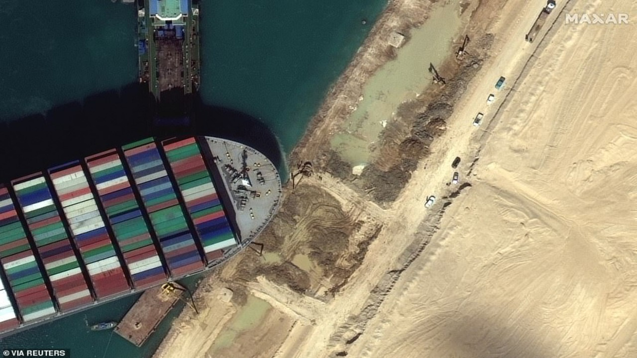 سر جنوح سفينة البضائع البنمية في قناة السويس