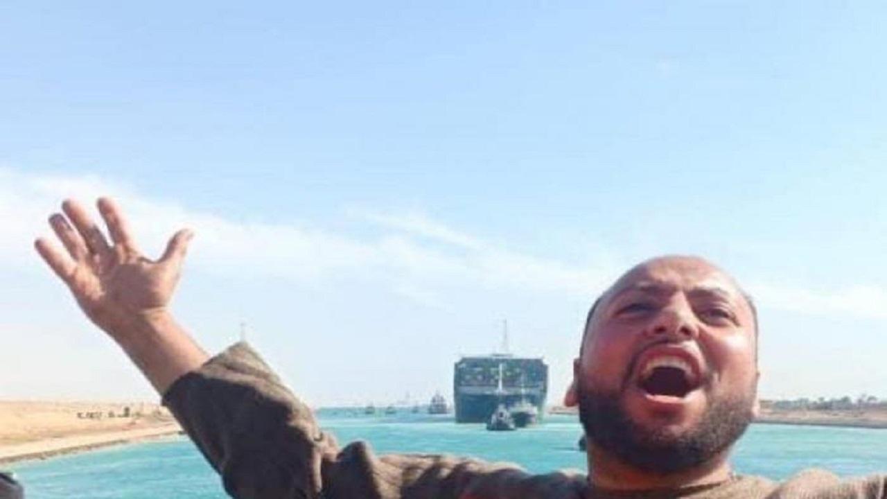 شاهد .. رقص وغناء عمال الكراكات والقاطرات بعد تعويم السفينة بقناة السويس