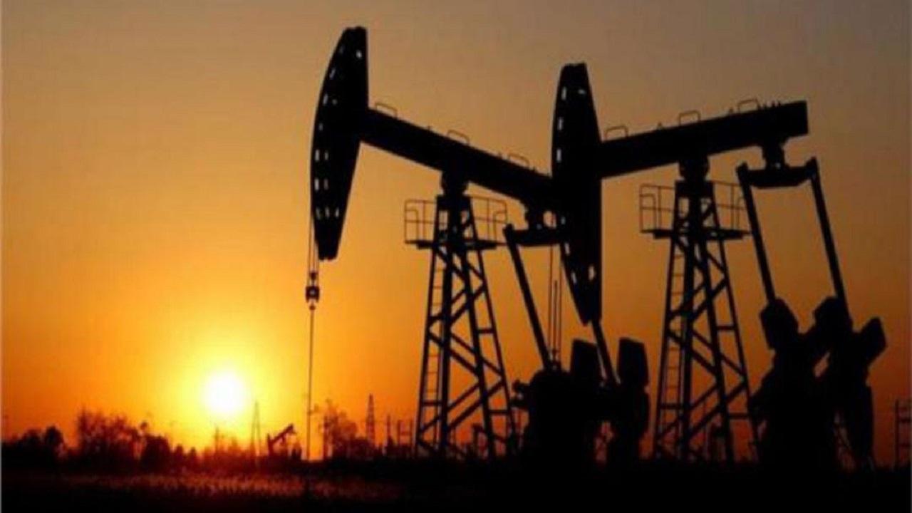 النفط يهبط أكثر من 2 % مع بدء تحريك السفينة الجانحة في قناة السويس
