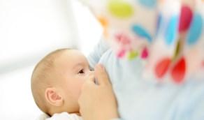 """""""الصحة"""" تبين فوائد الرضاعة الطبيعية للأم والطفل"""