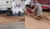 فيديو بطولي لشباب ينقذون مسنة وفتاة وطفل من السيول الجارفة