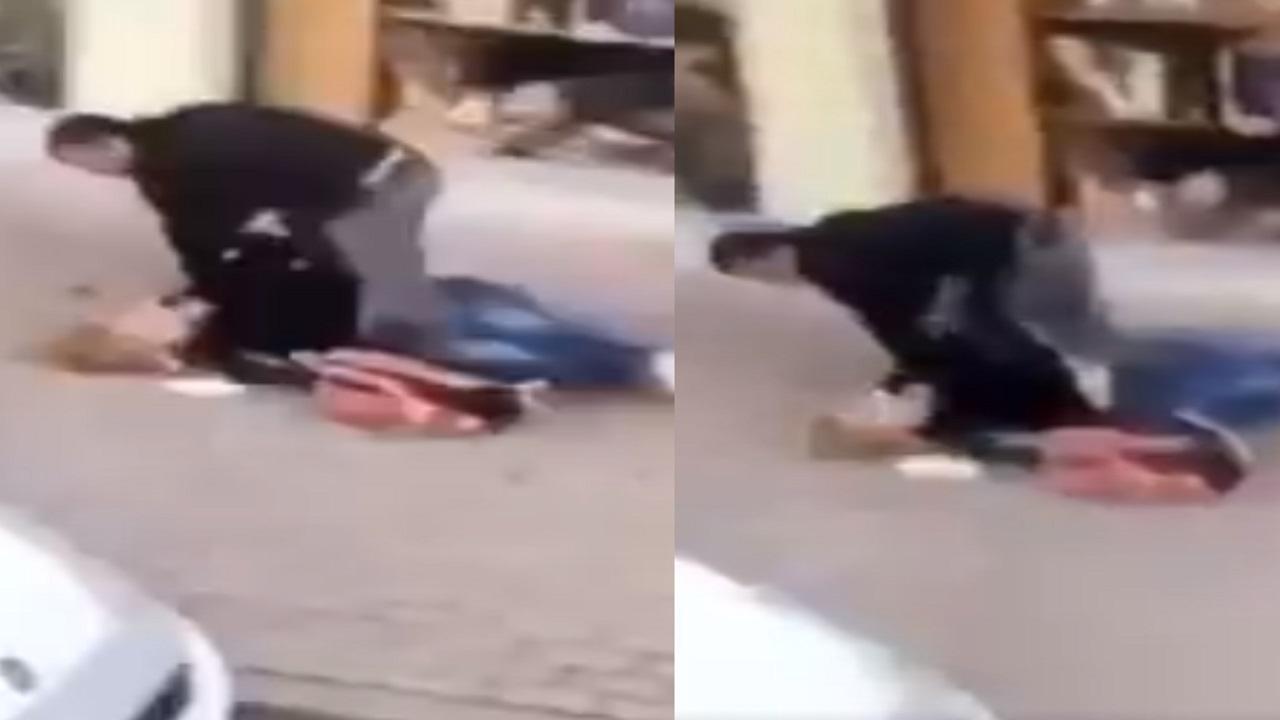 شاهد.. تركي يعتدي على امرأة في وضح النهار دون تدخل أحد