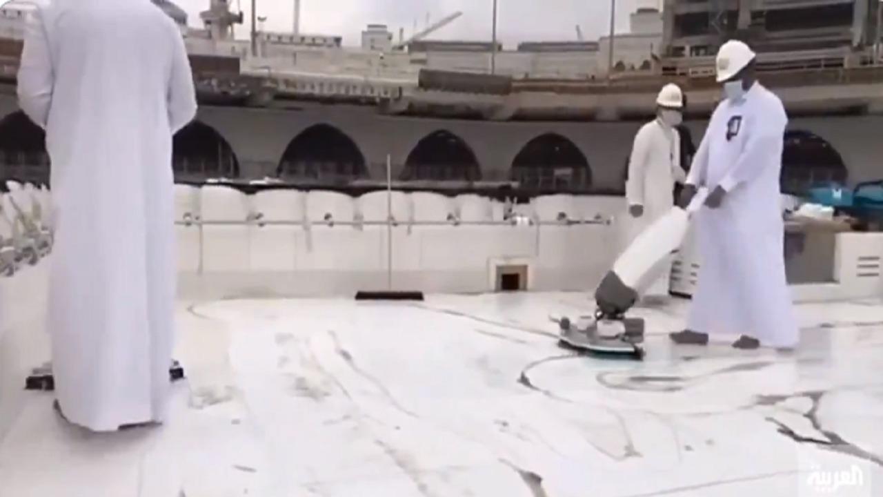 بالفيديو.. عملية تنظيف سطح الكعبة المشرفة في المسجد الحرام