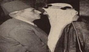 صورة نادرة للرئيس السوري القوتلي يقبل أنف الملك سعود بالقاهرة