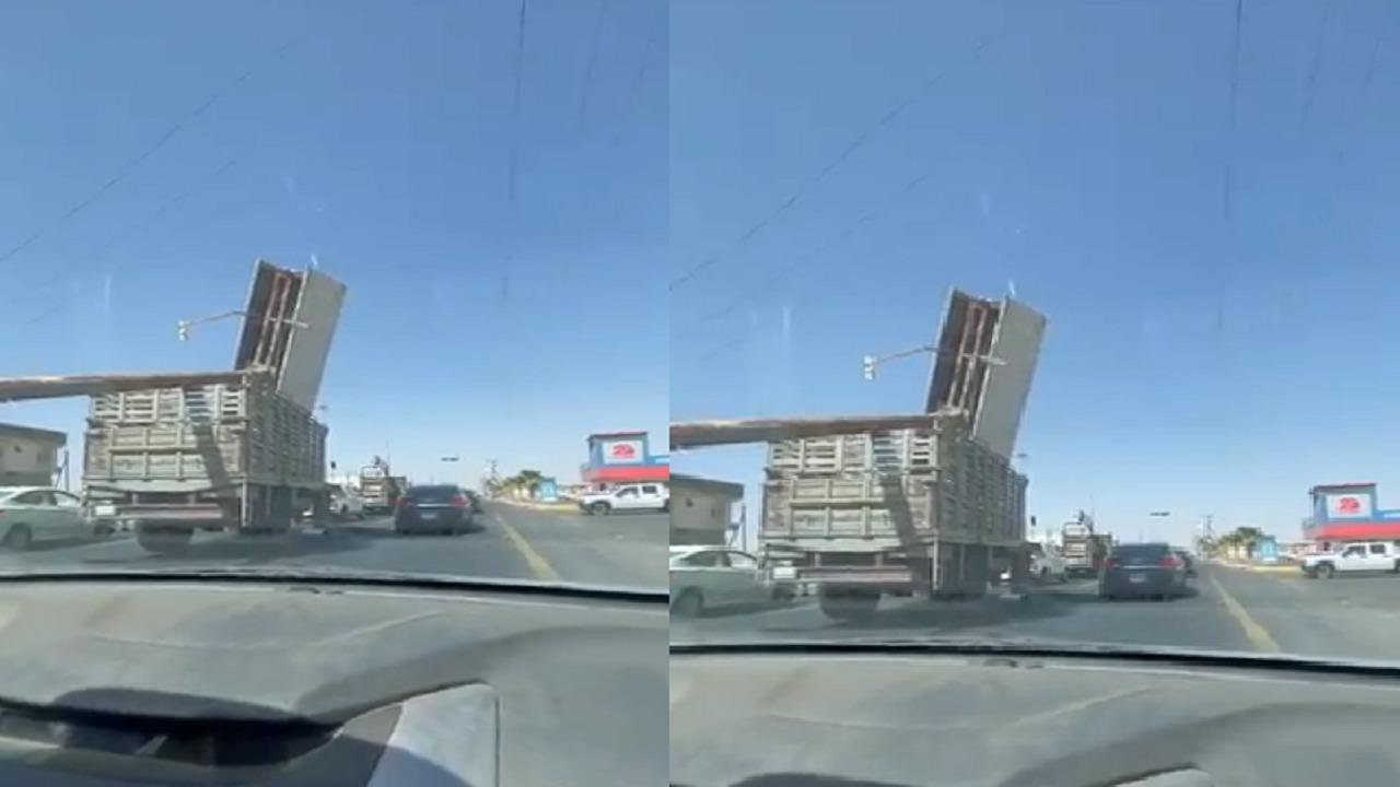 القبض على قائد مركبة عرض حياة الآخرين للخطر بنقله لوحة إعلانية كبيرة (فيديو)