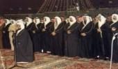 صورة نادرة للملك فهد وجمع من الأمراء أثناء أداء الصلاة قبل مبايعته