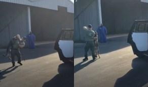 ضابط أمريكي يشنق كلبًا ويعذبه