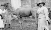 """صور قديمة لرحلة حفيدة الملكة """"فيكتوريا"""" في المملكة قبل 83 عاما"""