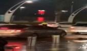 شاهد.. رجل أمن سعودي ينظم سير المركبات بمجمع تجاري بأسلوب ترفيهي