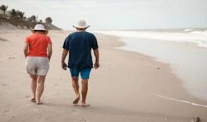 رجل يصطحب زوجته في عطلة لإنهاء حياتها