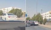 بالفيديو.. قائد مركبة يقود بطريقة غريبة ويعرض الآخرين لخطر الحوادث