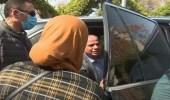 شاهد ردة فعل الرئيس السيسي تجاه سيدة استوقفته بالطريق