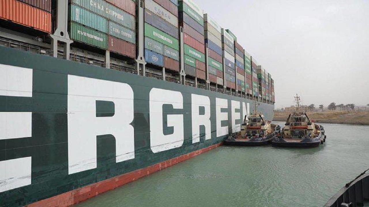 شاهد لحظة تعديل مسار السفينة الجانحة في قناة السويس