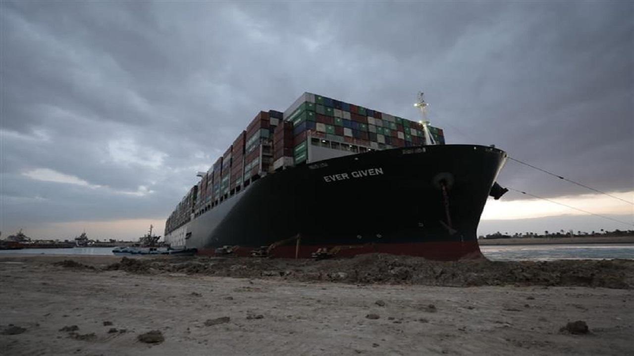 """شاهد.. """"السرعة"""" سبب جنوح السفينة بقناة السويس"""