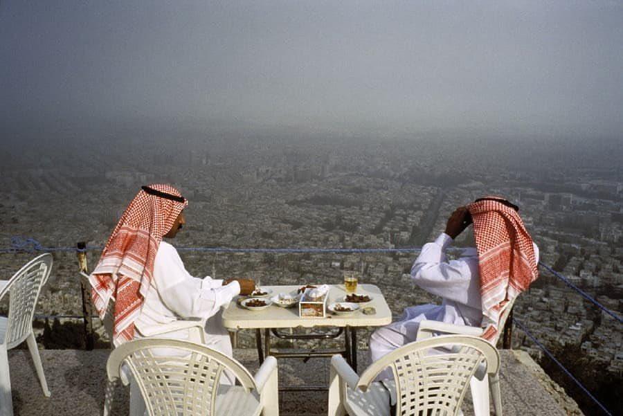 مواطنان سعوديان يستمتعان بجمال المنظر في سوريا