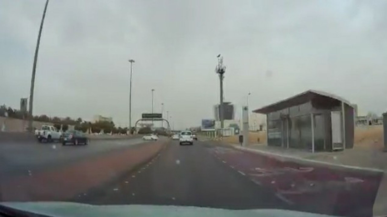 شاهد.. سائق متهور يمارس التفحيط على أحد الطرق بالرياض