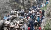 فيديو يوثق لحظة سقوط حافلة من ارتفاع شاهق بسيرلانكا
