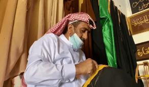 بالفيديو.. خمسيني يروي قصته في تطريز البشت الحساوي الأغلى في العالم