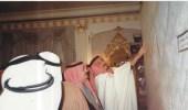 صورة نادرة للملك فهد يستمع للملك سلمان قبل تولي الحكم