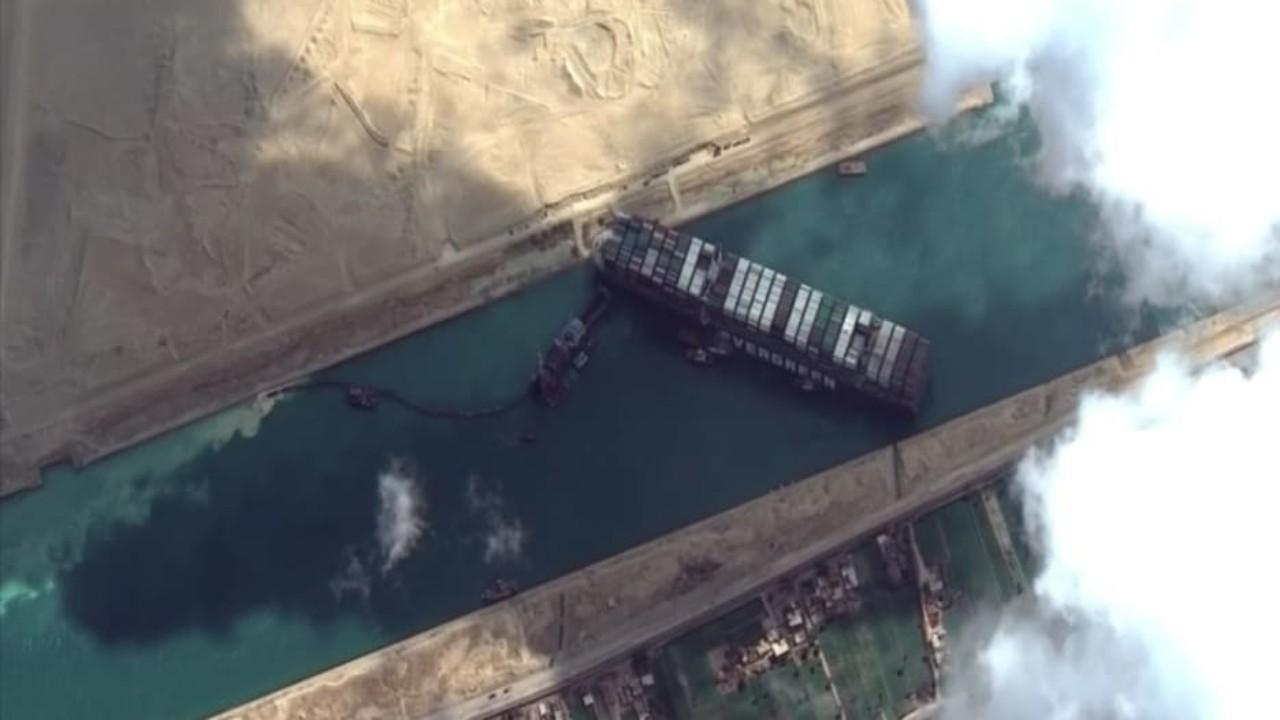الرياح تعيد السفينة العالقة في السويس إلى وضعها بعرض القناة