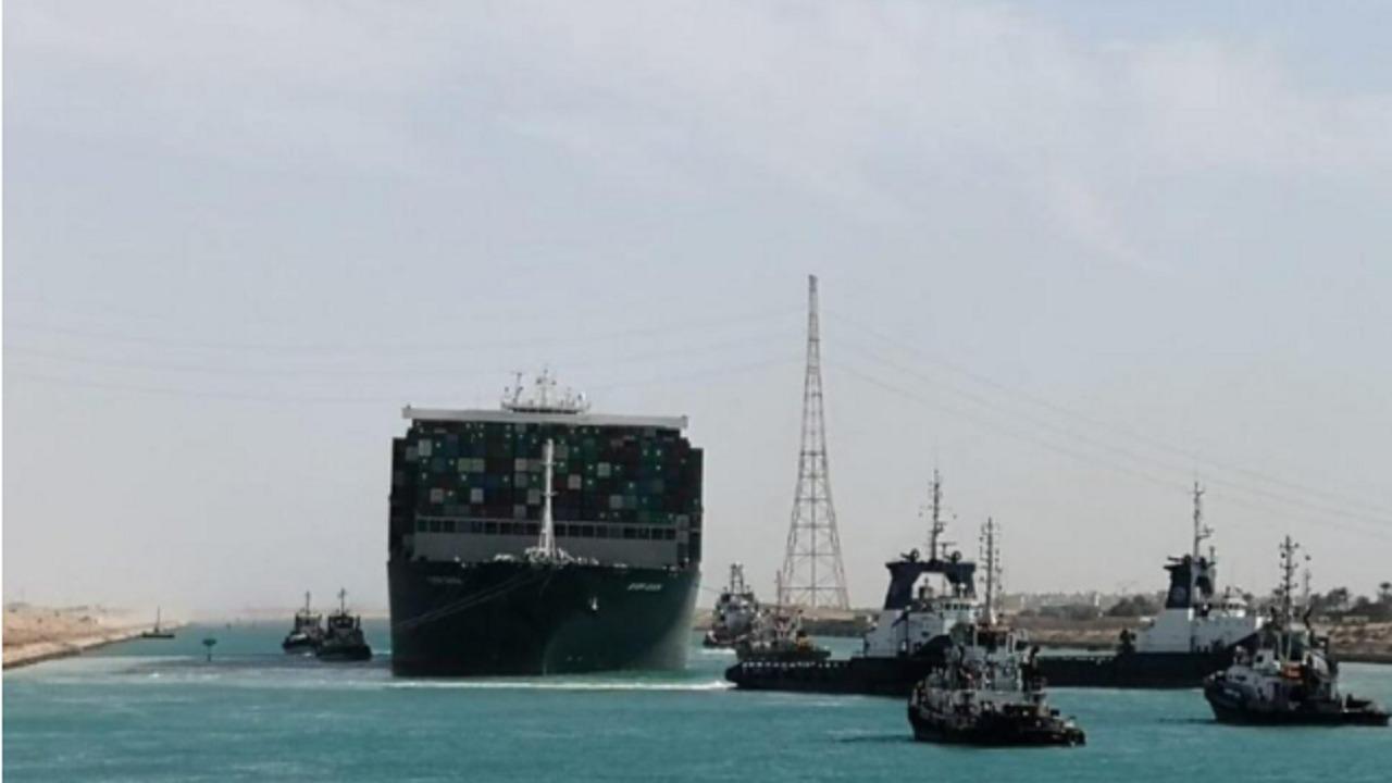 مصر تمنع طاقم السفينة الجانحة من مغادرتها طوال فترة التحقيق