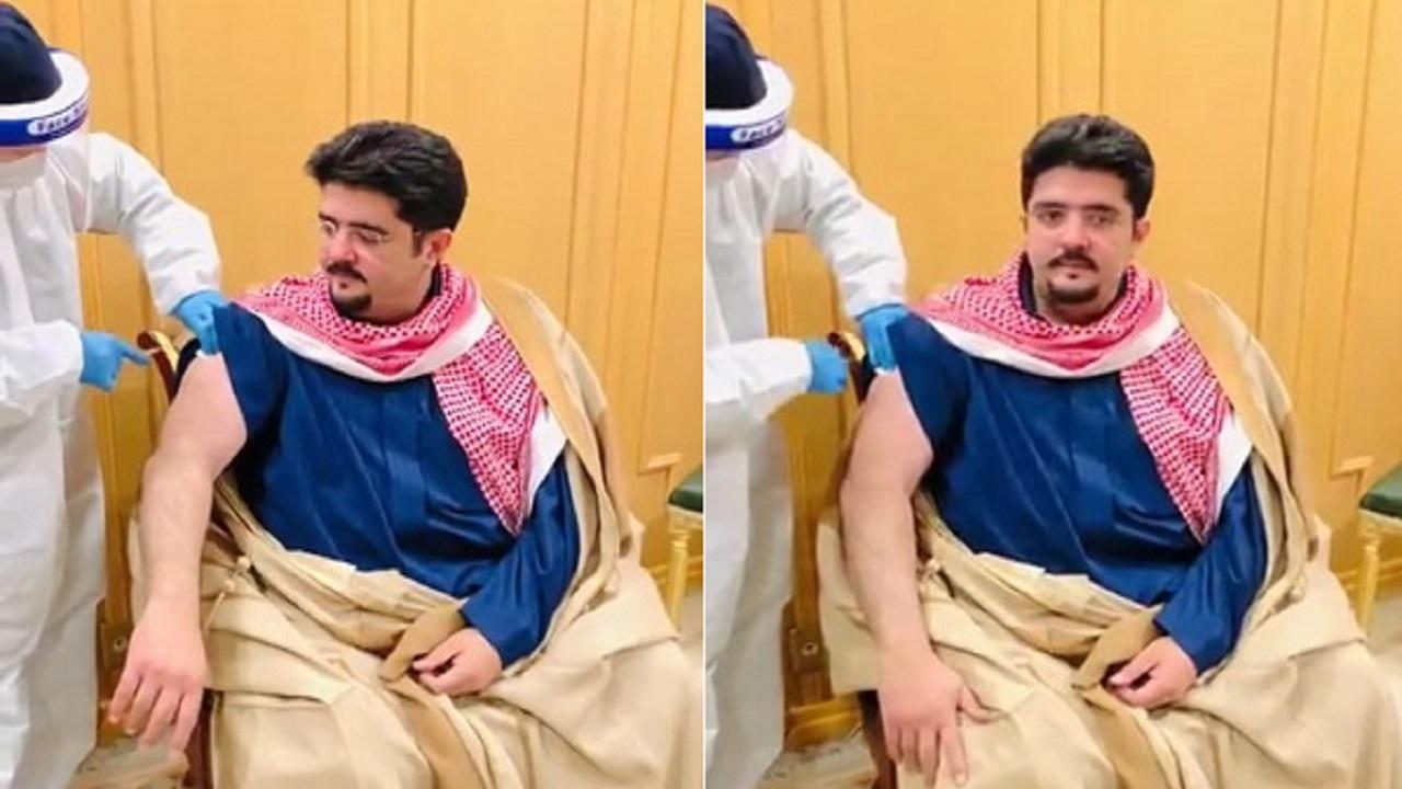 بالفيديو.. الأمير عبدالعزيز بن فهد يتلقى لقاح كورونا