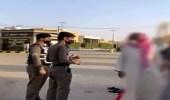 شاهد.. رجال الأمن بالمزاحمية يكثفون جهودهم في متابعة تطبيق الإجراءات الاحترازية